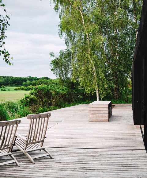 Trädäck med stolar